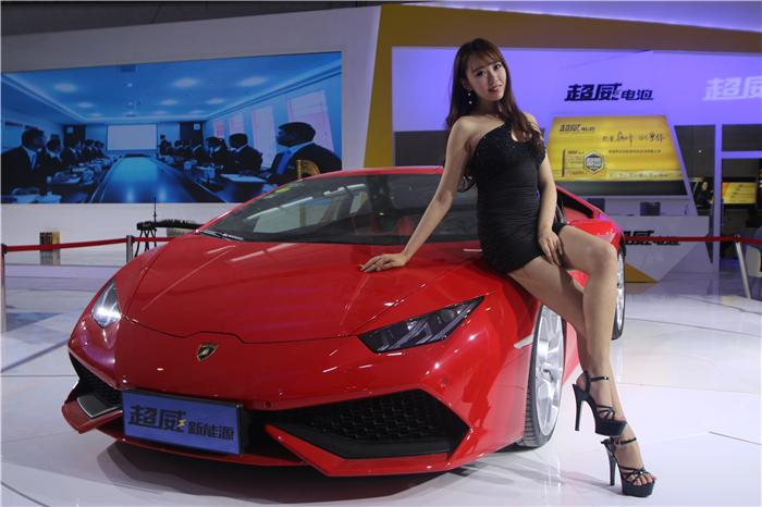 豪车美女惊艳全场 超威成南京展最火爆展位