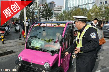 低速车上路屡次被叫停,交警:电动四轮属机动车