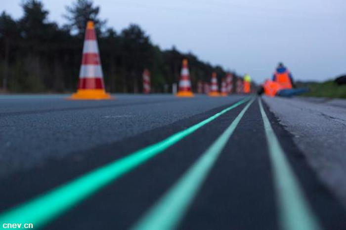 能发光还能给电动车充电?智能公路还有多远