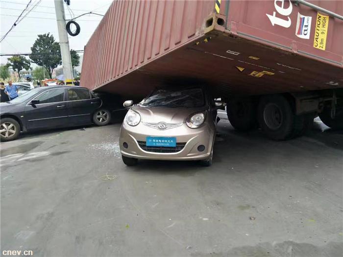 惊险!低速电动车被侧翻大货车倾压,让人意..