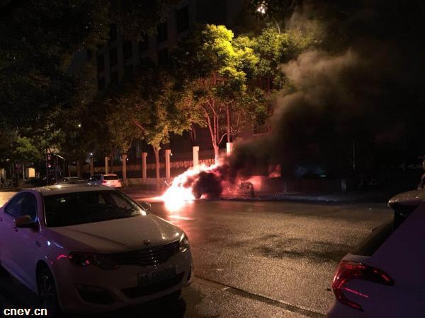 北汽新能源汽车发生燃烧 上海消防紧急灭火