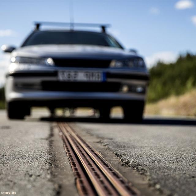 """公路""""带电"""" 汽车在行驶中充电"""
