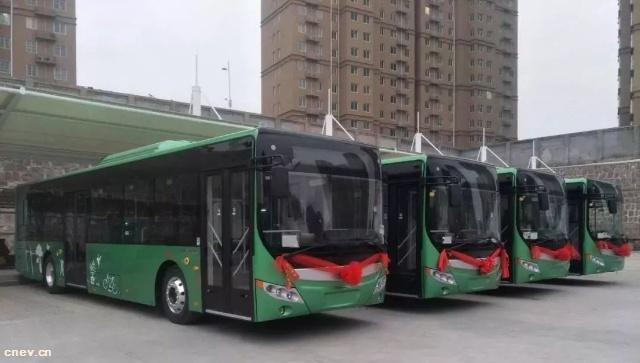 河南荥阳:核载95人纯电动公交车投入运营