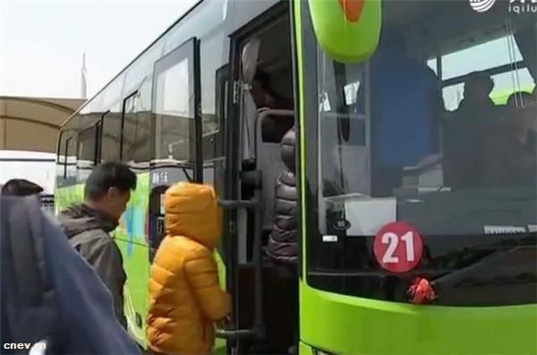 山东烟台:长岛居民免费乘纯电动公交车