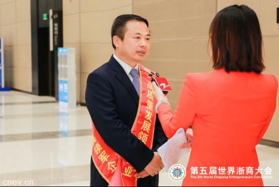 """祝贺!省委书记为天能董事长颁发""""高质量发展""""领军企业奖杯!"""