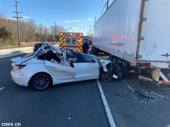 特斯拉与拖车相撞被毁 NHTSA介入收集信息