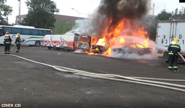 大兴一电动汽车充电站起火,3辆车被烧成铁架子
