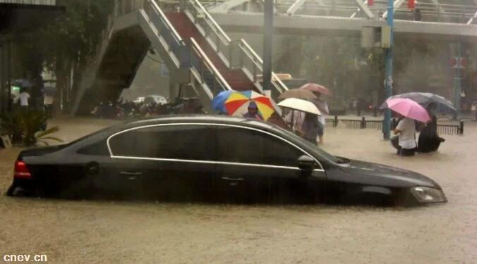 """暴雨中电动车到底能不能""""潜水"""",涉水后影响有多大?"""